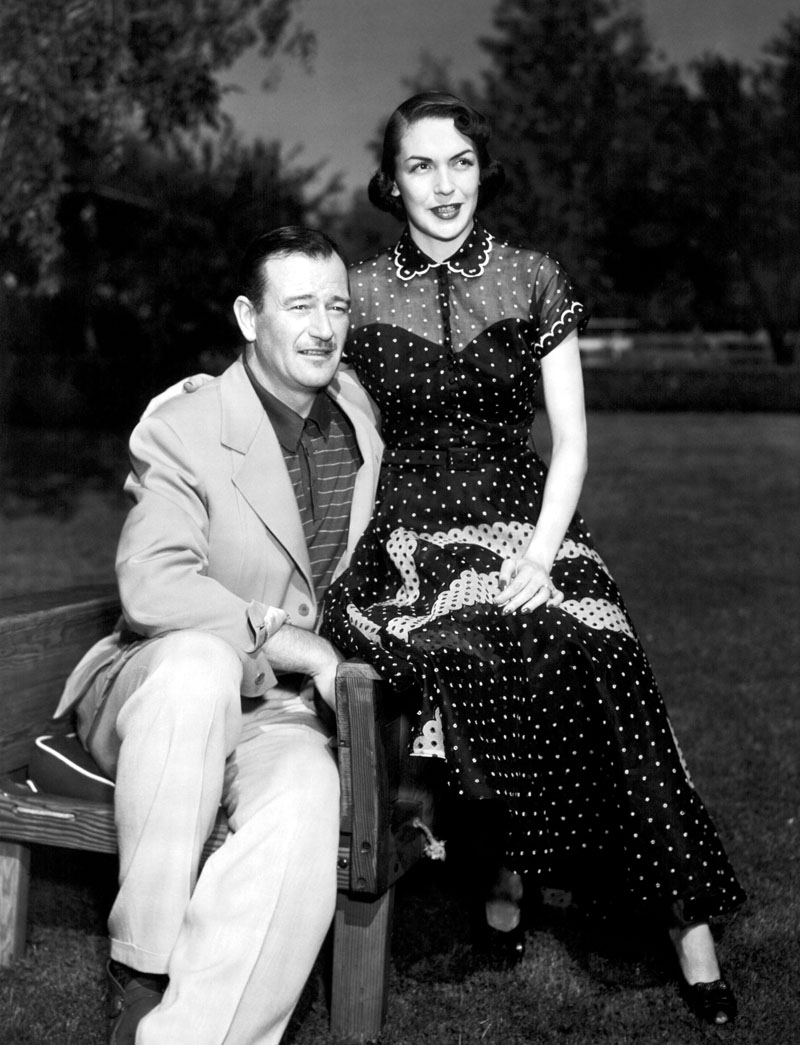 John Wayne and his wife, Esperanza Baur at their San Fernando Valley home, 1952 Retrospectiva del actor John Wayne 249/cordon press
