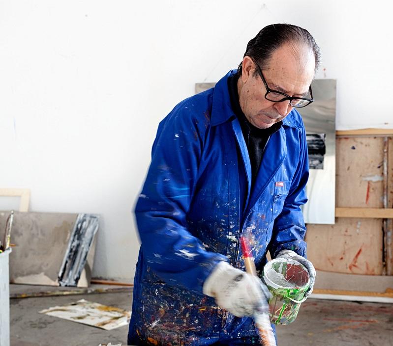 Rafael Canogar, pintor español, trabajando en su estudio de pintura Miembro de la  Real Academia de Bellas Artes de San Fernando