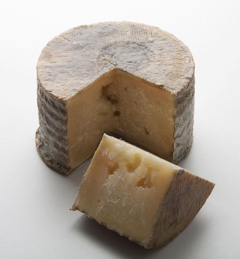 Queso manchego Gran Reserva Dehesa de los Llanos de Albacete, elaborado con leche cruda, no pasteurizada de ovejas manchegas. Premiado con el Mejor Queso del Mundo en los World Cheese Awards 2012. Denominación de Origen Manchego