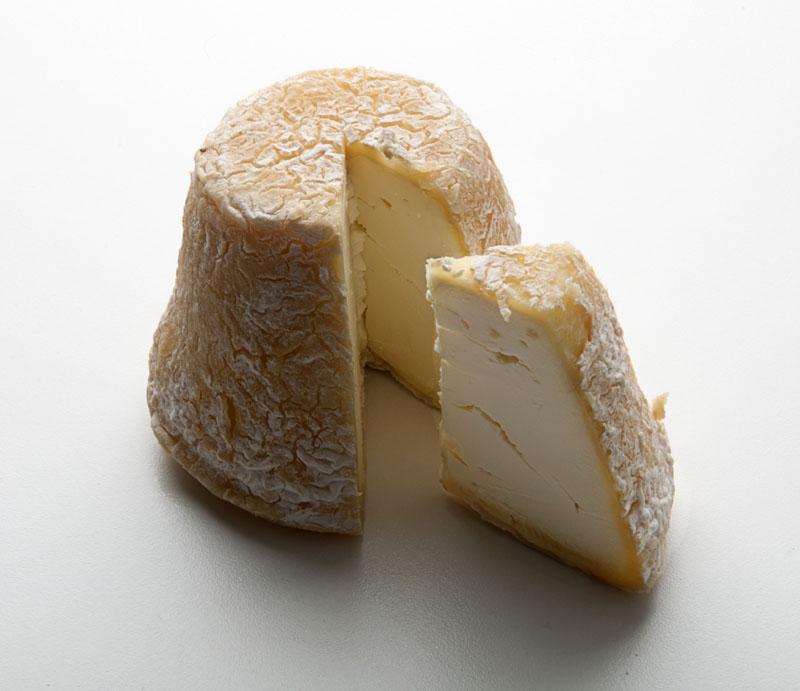 Queso Rey Silo, de Pravia, Asturias, elaborado con leche cruda y entera de vaca. Madurado en una bodega subterránea a orillas del Nalón. Denominación de Origen Afuega'l Pitu