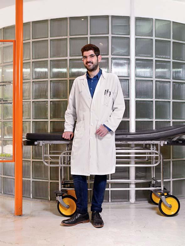 CÈsar Velasco, subdirector del Hospital ClÌnico Universitario de Zaragoza, posa para una entrevista