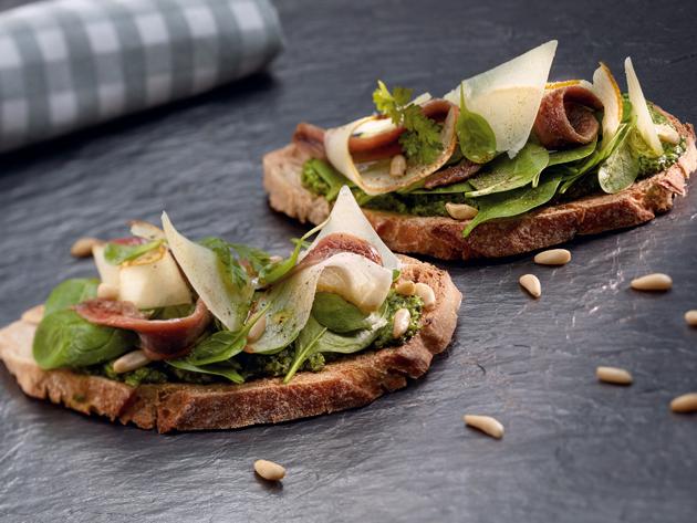 Tosta verde con peras y anchoas