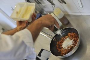 """Elaboración del plato """"Pasta a la amatriciana en Módena"""" en el restaurante """"Osteria Francescana"""" propiedad del chef italiano Massimo Bottura Pasta en la sartén junto con el tomate. Manteca con parmesano y pecorino romano"""