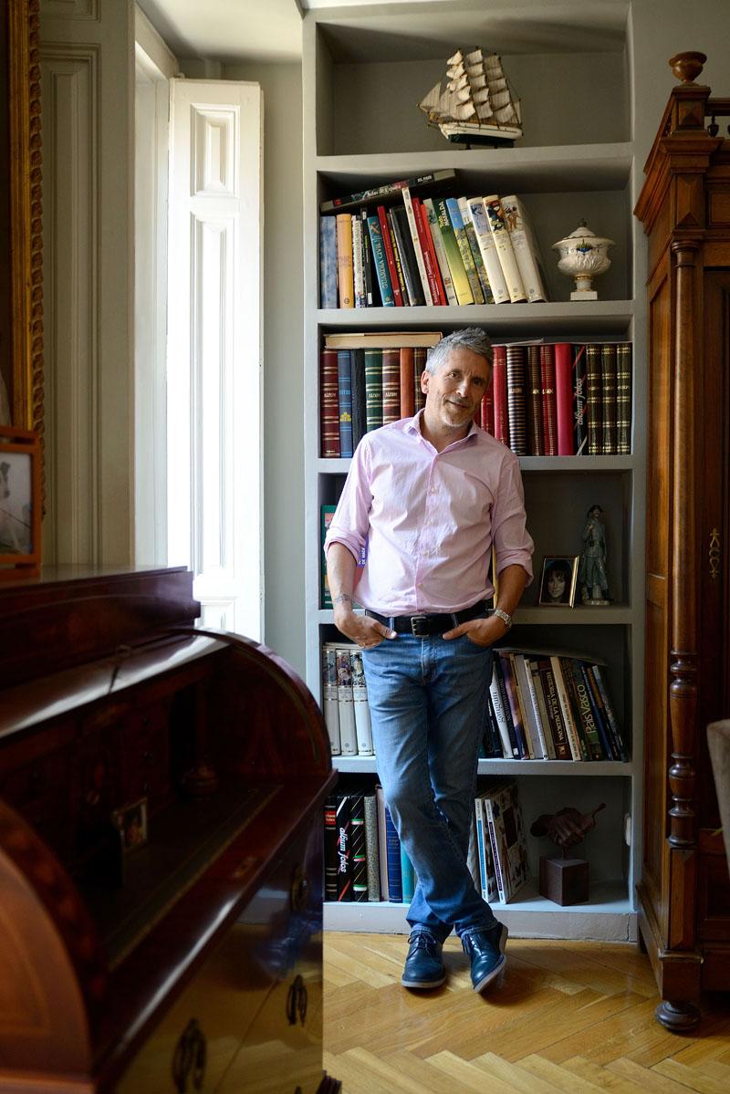 """Fernando Grande-Marlaska, juez, posa para una entrevista con motivo de la publicación de su libro """"Ni pena ni miedo"""" en su casa del barrio de Chueca de Madrid"""