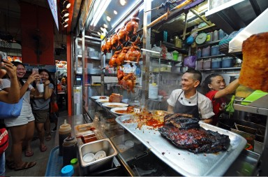 "Owner of the ""Hong Kong Soya Sauce Chicken Rice and Noodle"" hawker stall Chan Hon Meng (2nd R) prepares food at Singapore's Chinatown Complex, July 22, 2016. Singapore hawkers ""Hong Kong Soya Sauce Chicken Rice and Noodle"" and ""Hill Street Tai Hwa Pork Noodle"" were awarded the Michelin Guide one star on July 21, 2016. (Xinhua/Then Chih Wey)  //CHINENOUVELLE_2207.CN.022/Credit:CHINE NOUVELLE/SIPA/1607222025"