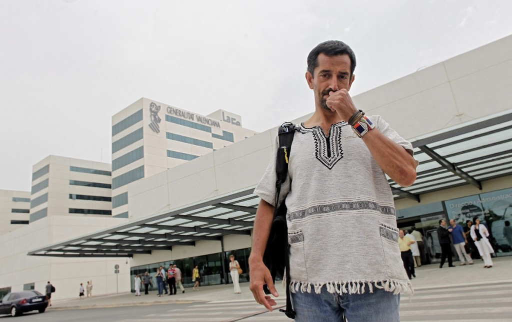 ROBER SOLSONA....20110712....VALENCIA....El cirujano Pedro Cavadas durante la rueda de prensa que ha ofrecido en el Hospital La Fe de Valencia, en la que ha informado del primer trasplante bilateral de piernas del mundo que ayer llevó a cabo en dicho hospital.ARCHDC
