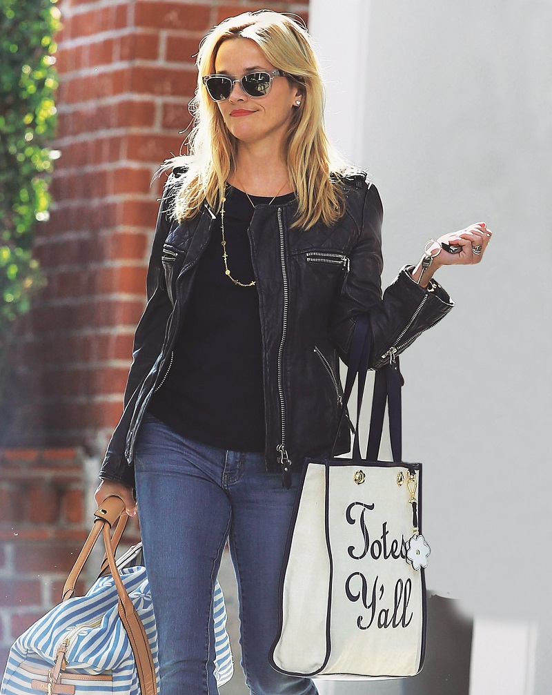 Actress Reese Witherspoon in Beverly Hills, California en la foto : con dos bolsos