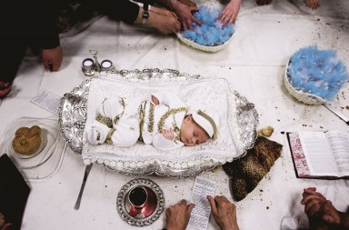 epaselect epa05518195 Ultra Orthodox Jews gather around a new born baby in a silver bowl during the pidyon haben (redemption of the first born son) ritual of the great-grandson of Lelov hasidic dynasty in Jerusalem, Israel, 01 September 2016. Pidyon haben is an ancient Jewish custom in Judaism whereby a Jewish firstborn son is redeemed by use of silver coins from his birth-state of sanctity at the age of 30 days.  EPA/ABIR SULTAN