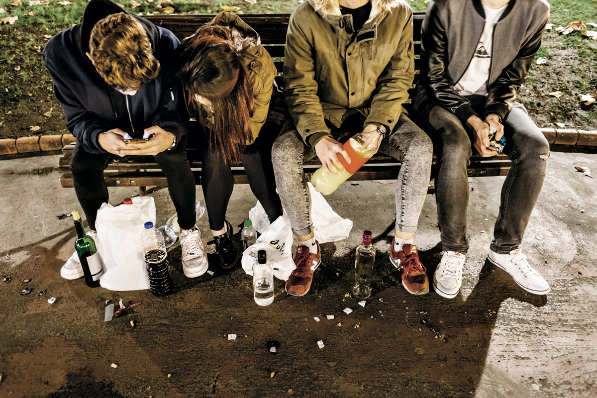 el botellon El botellon: significado: botellón es un término que describe la costumbre extendida en españa desde finales del siglo xx, sobre todo entre los jóvenes,.