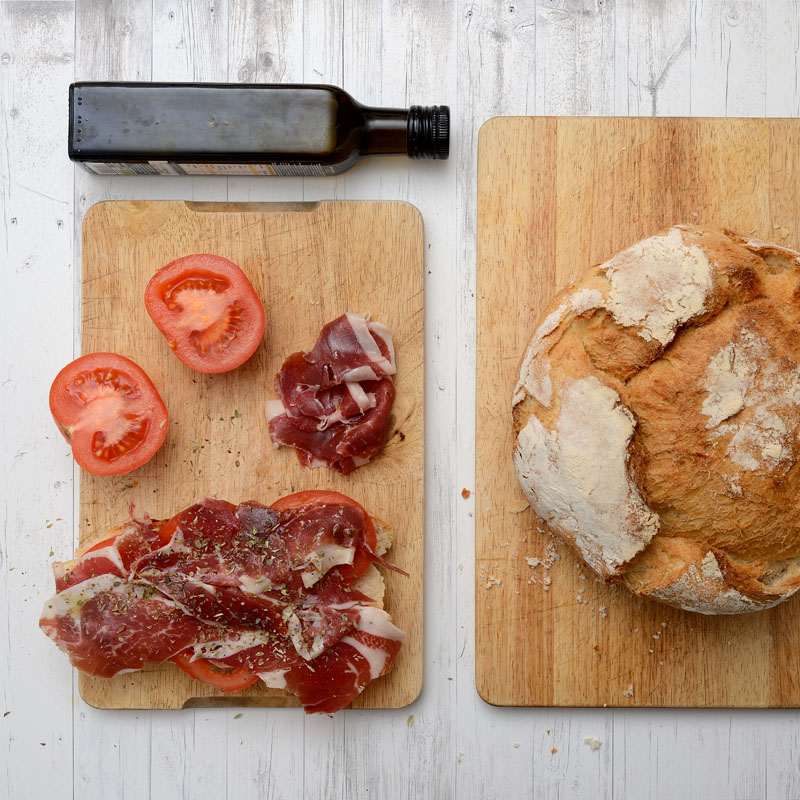 Pan con tomate, aceite y jamon