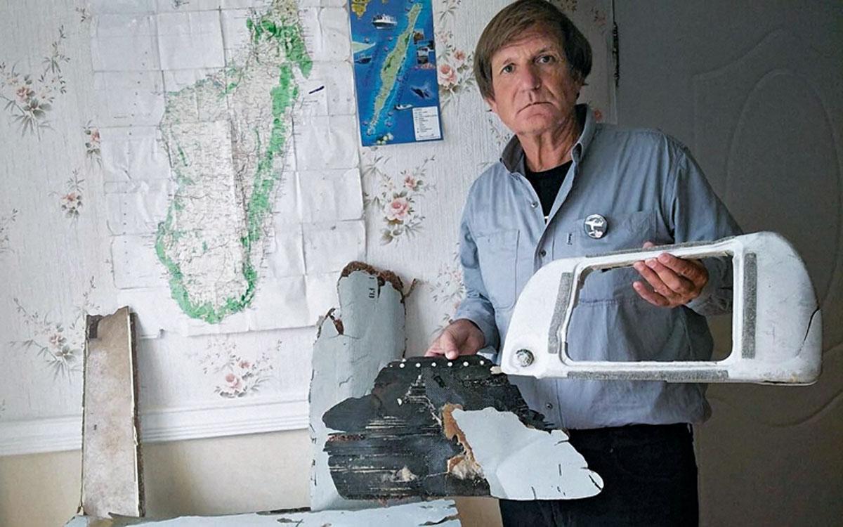 L'ex-avocat Blaine Gibson avec les éléments découverts en juin 2016 sur les côtes de l'île Sainte-Marie, près de Madagascar. ©Contacto
