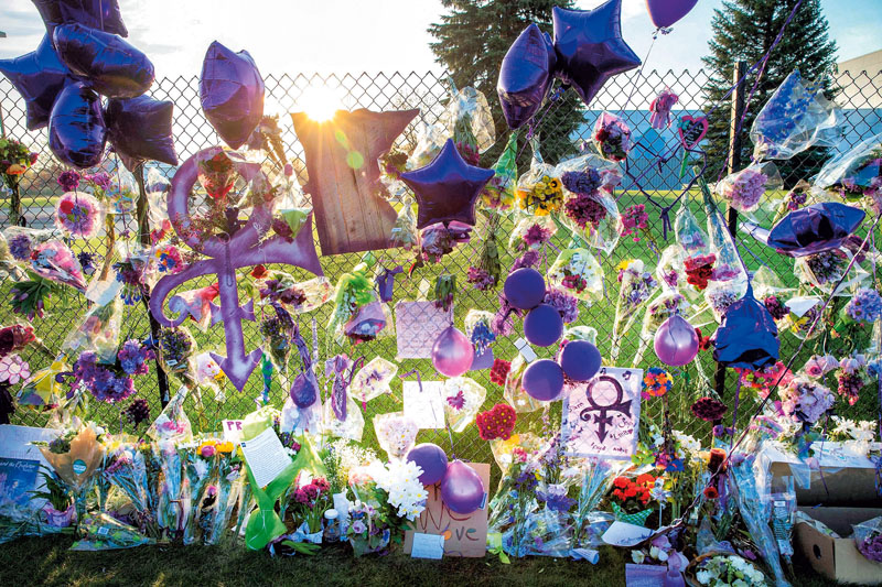 2016-04-23 00:00:00 CHANHASSEN, MN - APRIL 23: Mementos left by fans are attached to the fence which surrounds Paisley Park, the home and studio of Prince, on April 23, 2016 in Chanhassen, Minnesota. Prince, 57, was pronounced dead shortly after being found unresponsive April 21 in an elevator at Paisley Park. Scott Olson/Getty Images/AFP == FOR NEWSPAPERS, INTERNET, TELCOS & TELEVISION USE ONLY ==