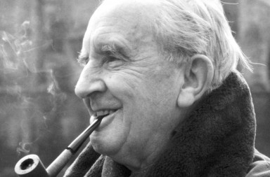 El profesor J.R.R. Tolkien, el autor de El Hobbit y El Se–or de los Anillos. M00967319 Professor J.R.R. Tolkien, the author of The Hobbit and The Lord Of The Rings photographed in the grounds of Merton College, Oxford, 1968.
