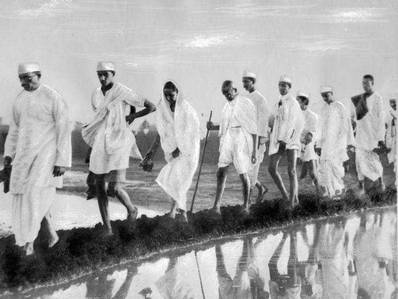 Le Mahatma Mohandas Karamchand Gandhi (1869-1948) et ses partisans au depart de la Marche du Sel dans les environs d'Ahmedabad, vers la cote indienne pour protester contre l'impot britannique sur le sel , 12 mars-5 avril 1930 --- Gandhi and his supporters on departure for the Salt March near Ahmedabad , to the indian coast to protest against the british tax on salt, march 12- april 05, 1930 *** Local Caption *** Gandhi and his supporters on departure for the Salt March near Ahmedabad , to the indian coast to protest against the british tax on salt, march 12- april 05, 1930