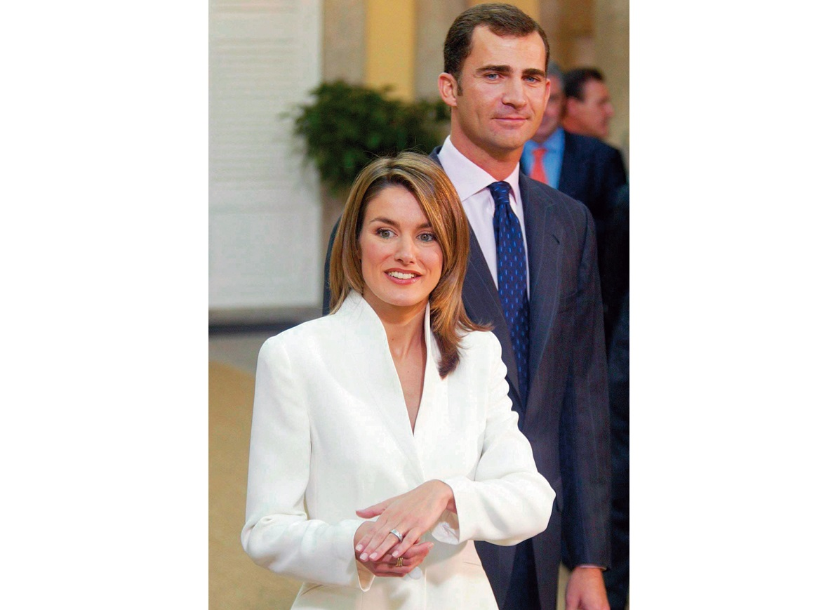 SPAIN - NOVEMBER 06:  Prince Felipe of Bourbon and Letizia Ortiz at Pardo Palace after the official announcement of their engagement In Madrid, Spain on November 06, 2003.  (Photo by Alain BENAINOUS/Gamma-Rapho via Getty Images)