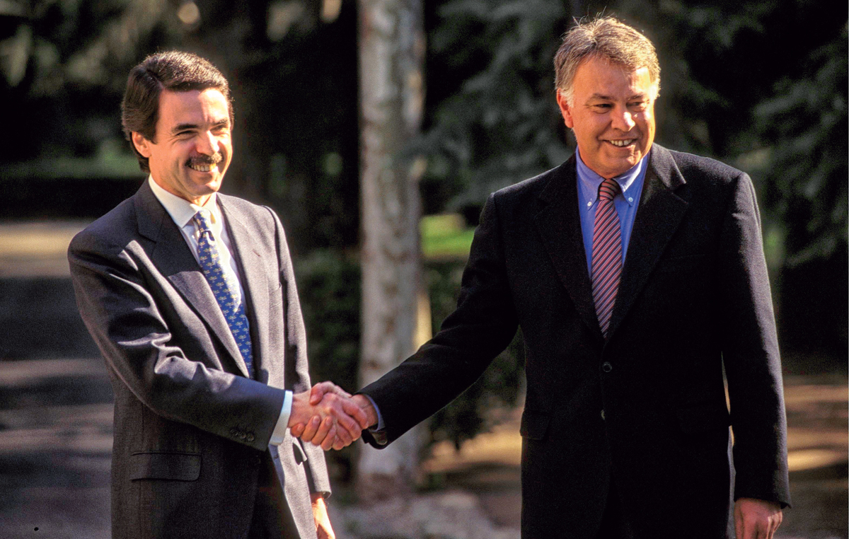 SPAIN - MARCH 12:  F. Gonzales meeting - Mr. Aznar Jose Maria  (Photo by Eric VANDEVILLE/Gamma-Rapho via Getty Images)