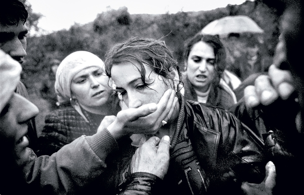 A6/PICTUREp4 WORLD PRESS PHOTO--Winning picture of the World Press Photo contest of the Year 1999 by the U.S. photographer Dayna Smith of The Washington Post showing grieving Albanian woman during a funeral in Izbica, Kosovo, in November 1998. The World Press photo contest results were announced in Amsterdam Friday Feb. 12, 1999. ORG XMIT: AMS102  (Photo by Dayna Smith/The Washington Post/Getty Images)