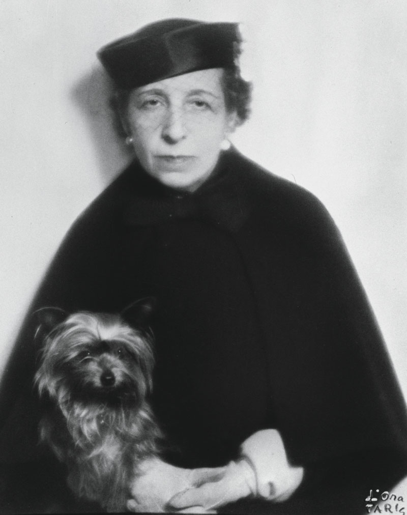 "UNSPECIFIED - CIRCA 1925: Portrait of Dora Kallmus (Madame d?Ora) with her dog ""Miss Penny"", Around 1925 (Photo by Imagno/Getty Images) [Dora Kallmus (Madame d'Ora) mit ihrem Hund ""Miss Penny"", Um 1925, Photographie]"