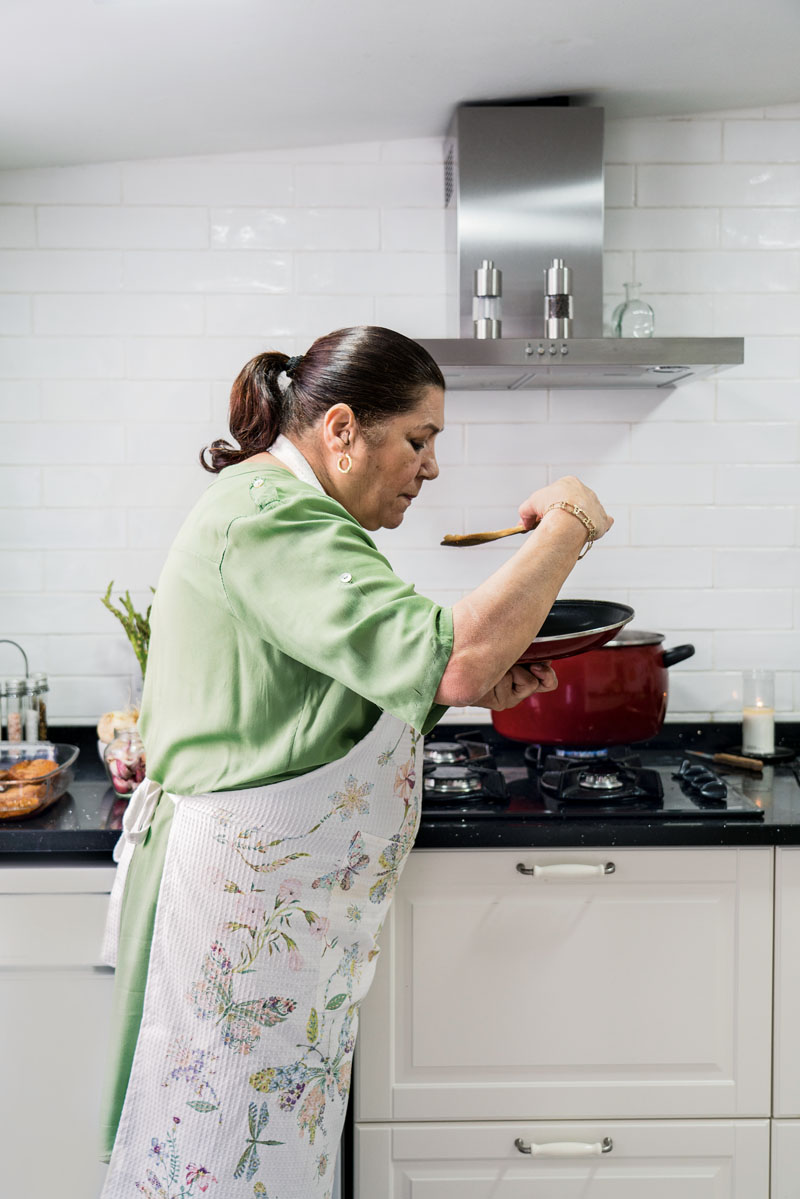 Amparo Amaya prepara receta gitana