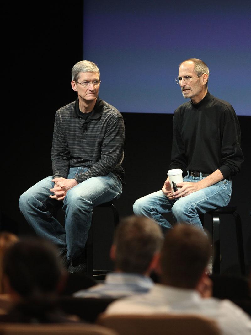 Jobs lo contrató en 1998 y lo convirtió en su mano derecha. Se hicieron grandes amigos, aunque no tuvieran mucho en común, salvo una pasión compartida por el 'rock' de los sesenta
