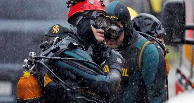 GRAF3402. RIANXO (A CORU—A), 31/12/2017.- Efectivos de la unidad subaqu·tica de la Guardia Guardia Civil trabajan en la nave industrial de Asados, en Rianxo (A CoruÒa), donde ha sido hallado el cuerpo que podrÌa ser de Diana Quer, a joven madrileÒa desaparecida en A Pobra do CaramiÒal (A CoruÒa), en agosto de 2016. EFE/Lavandeira jr.