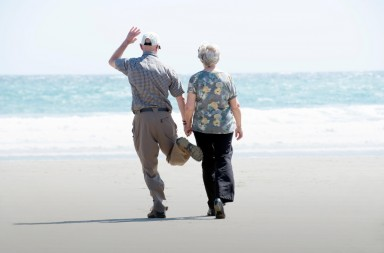 F2XHCW elderly couple on beach , happy , hand in hand.