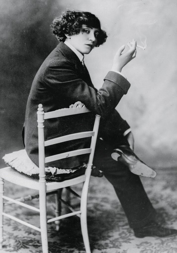 La escritora Colette fumando
