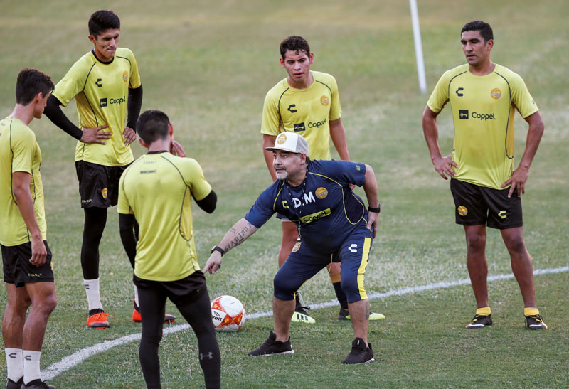 Argentinian soccer legend Diego Armando Maradona gives instructions to his players during his first training session as coach of Dorados at the Banorte stadium in Culiacan, in the Mexican state of Sinaloa, Mexico September 10, 2018. REUTERS/Henry Romero - RC176EC626C0