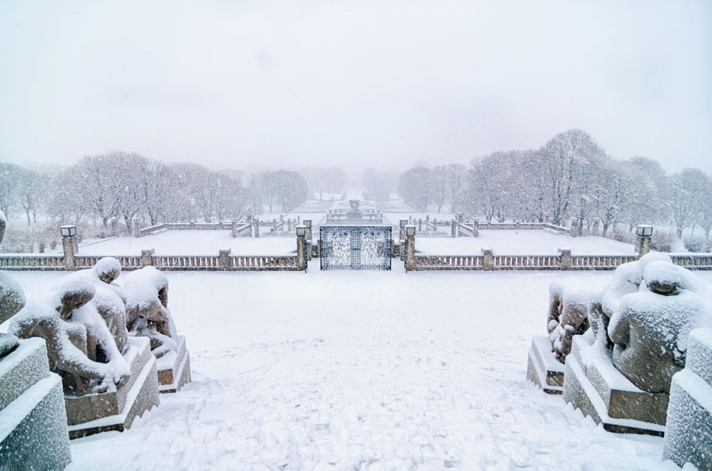 KM9J72 OSLO, January 2015. Snow fall in Vigeland sculpture park or Vigelandpark in Oslo, Norway. Vigeland is located in the Frognerpark in Oslo.