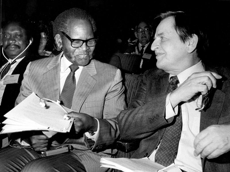 FILE 860221 Oliver Tambo and Swedish Prime Minister Olof Palme. The ANC leader met Palme in Stockholm at the opening of the Swedish People's Parliament against Apartheid. It is 25 years since former Swedish Prime Minister and Party Leader of the Social Democrats Olof Palme was shot to death at the Sveavägen street in central Stockholm, February 28, 1986. Photo: Peter Berggren / SCANPIX code 6