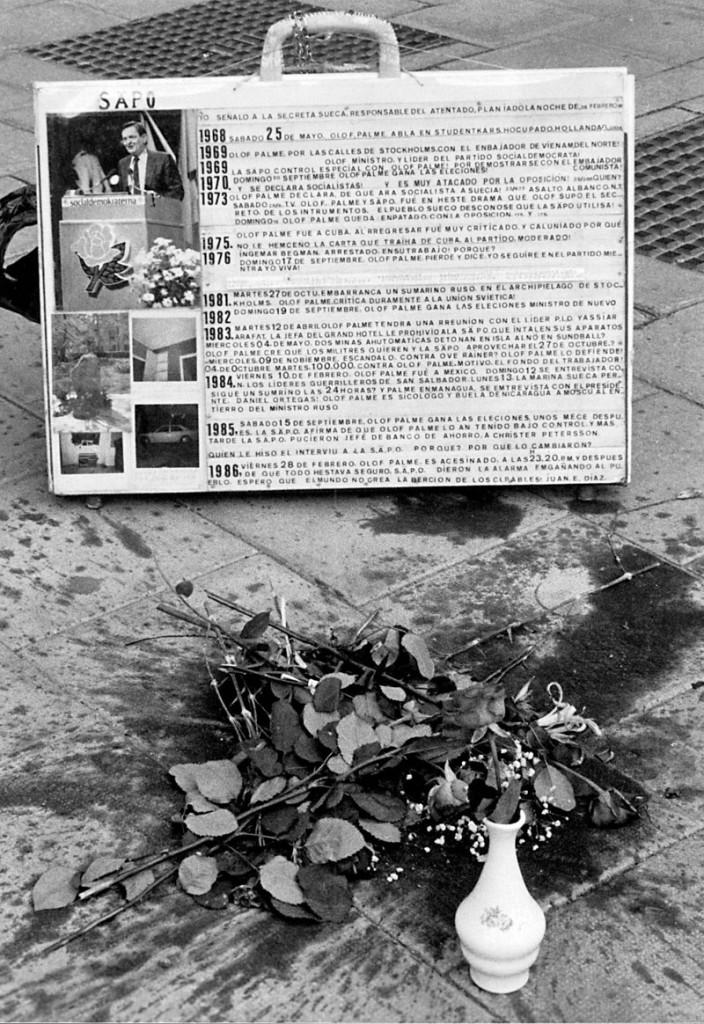 Blumen am Palmemordplatz SE, Schweden, Stockholm, 1988-06-29: Blumen und ein Aufsteller am Tatort des Mordes an Schwedens Ministerpraesident Olof Palme Tunnelgatan, Ecke Sveavägen. Auf dem Aufsteller wird der schwedische Geheimdienst Säkerhetspolisen - Säpo - in spanischer Sprache beschuldigt, an der Ermordung beteiligt zu sein. Flowers at SE Sweden Stockholm 1988 06 29 Flowers and a Practitioners at Crime scene the Murder to Sweden Minister President Olof Palme Corner on the Practitioners will the Swedish Secret Service Säpo in Spanish Language accused to the Murder involved to be