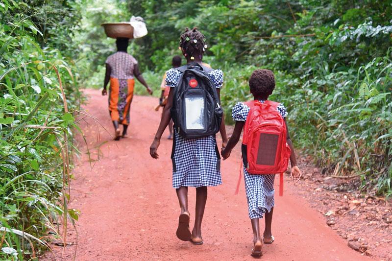 mochilas luz solar estudiantes africa