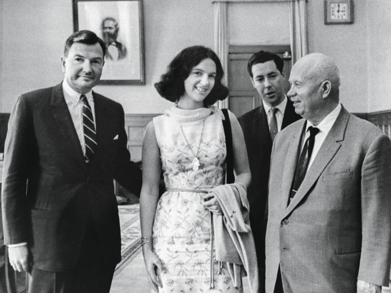 David Rockefeller sa fille Neva en compagnie de Nikita Khrouchtchev, à Moscou, Russie, le 1er août 1964. (Photo by KEYSTONE-FRANCE/Gamma-Rapho via Getty Images)