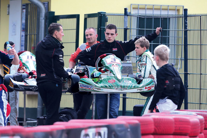 No Credit! SONDERKONDITIONEN Michael Schumacher hilft seinem Sohn Mick Betsch (Schumacher) beim Thomas Knopper Memorial Rennen auf der Kartbahn in Kerpen / 201013 ****Kart race on October 20, 2013 in Kerpen, Germany.***