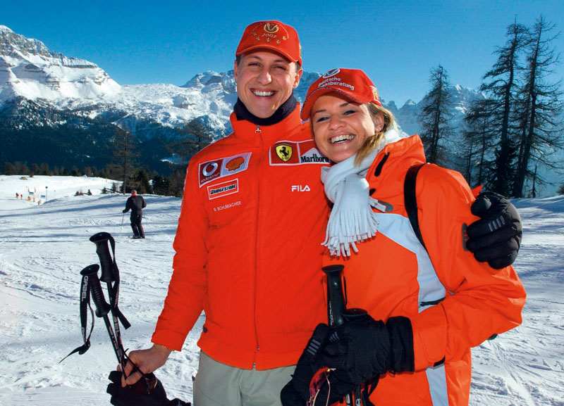 D3BED4 (dpa) - German formula 1 pilot Michael Schumacher poses with his wife Corinna on a piste during the traditional three-day Ferrari meeting in Madonna di Campiglio, Italy, 16 January 2003.