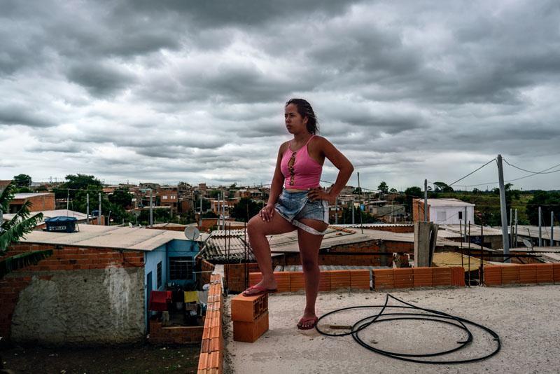 dolor de vientre bajo mujer brasileña
